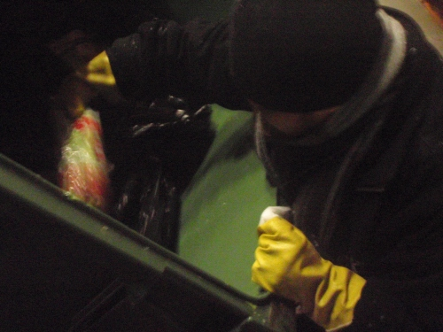 Container och plasthandskar